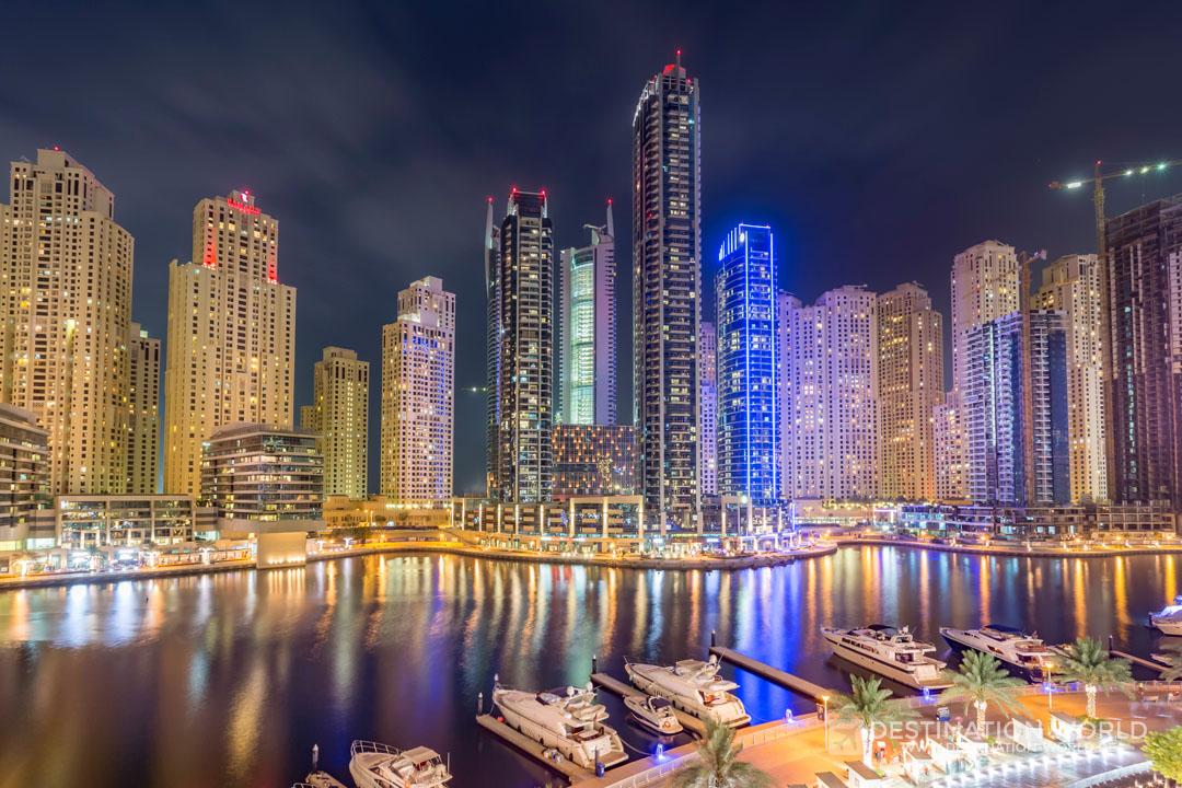 Lichtermeer der Dubai Marina bei Nacht