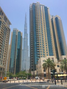 Von etwas weiter weg verschwindet der höchte Turm der Welt langsam hinter anderen Hochhäusern
