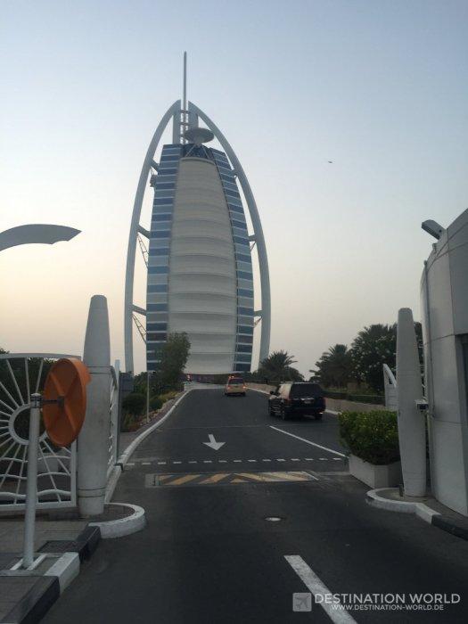Auf die Zufahrt des Burj Al Arab kommt man nur als Hotelgast