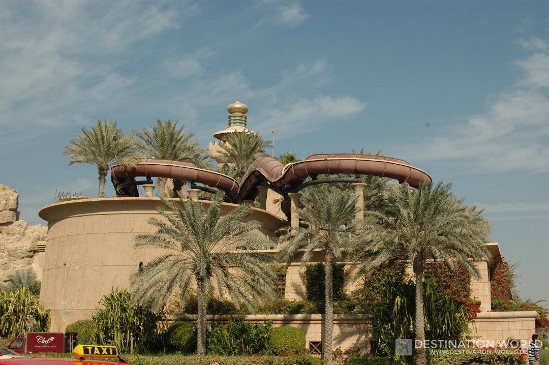 Blick auf den Wild Wadi Waterpark von der Einfahrt zum Burj Al Arab gesehen