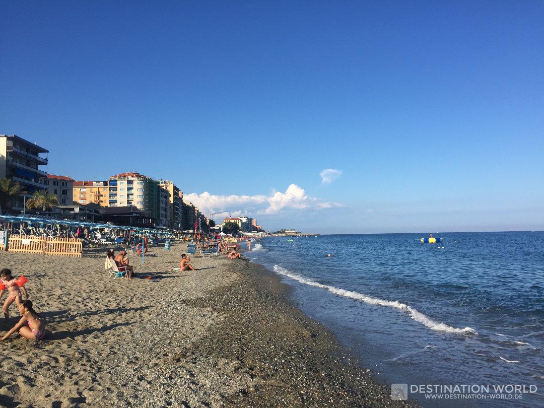 Kostenloser Strandabschnitt in der Mitte des Strandes von Savona
