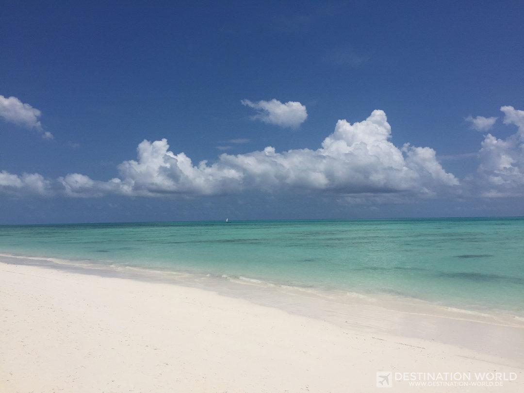 Weißer Sandstrand und türkises Wasser