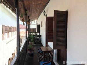 Das Dhow Palace Hotel ist ein alter, kolonialer Palast mit tollen Zimmern und Balkonen.