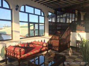 Das weitläufige Hotelgebäude des Dhow Palace hat eine tolle Dachterrasse