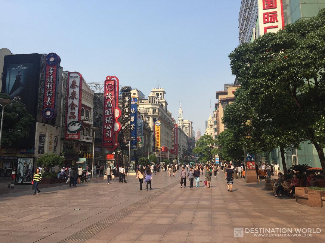 Die Fussgängerzone der Nanjing Lu ist die Einkaufsstrasse in Shanghai