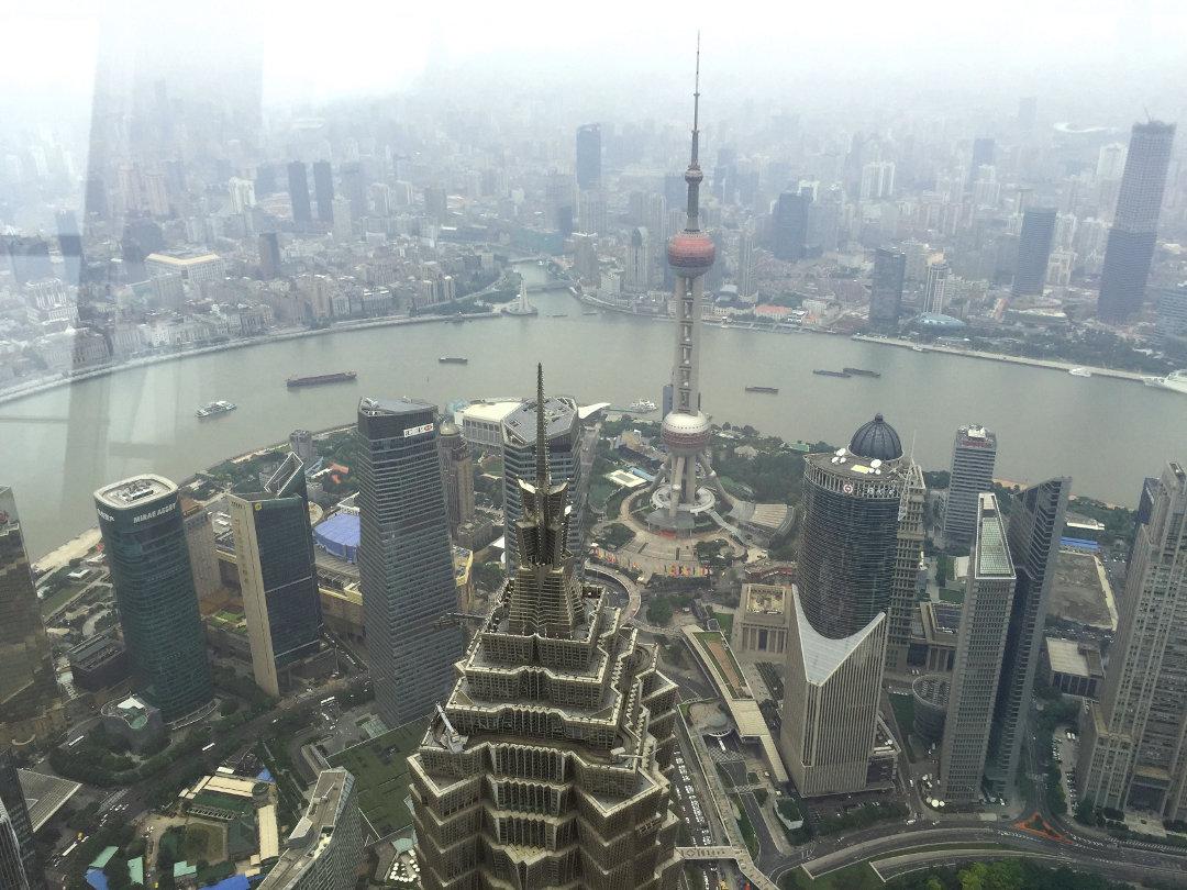Blick von Pudong und den Bund von Aussichtsplattform des World Financial Centers