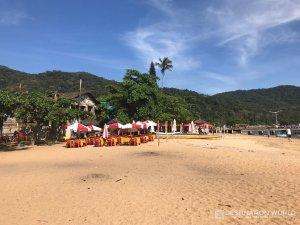 Die Restaurants an der Strandpromenade von Abraao haben ihre Tische auf dem Sandstrand
