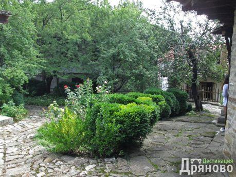 Двор на Лафчиевата къща 2