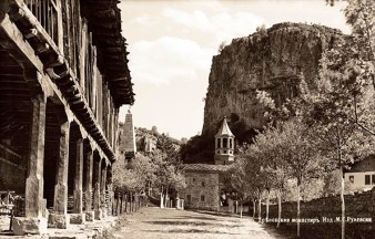 Дворът на манастира