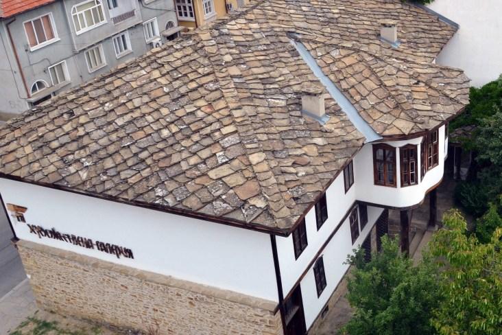 Покривът с плочи (тикли) и красивата южна фасада