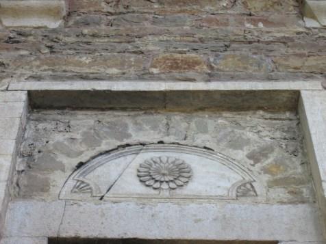 Каменна пластика над прозорец