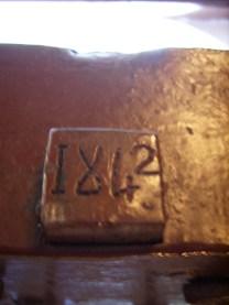 Годината е изписана дори върху езика на бравата