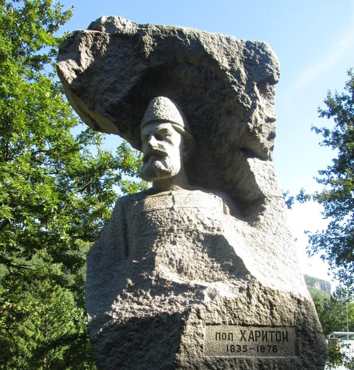 Поп Харитон - паметник