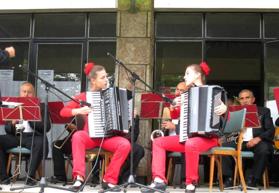 Дарена-Светослава и Мария-Десислава, акордеонистки