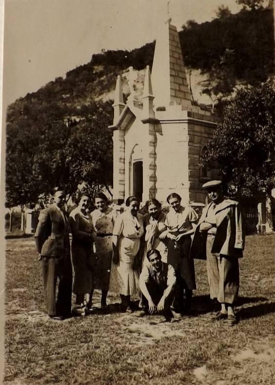 Георги Ганчев и Дора Панчева пред Костницата в Дряновския манастир. Снимка от Мария Джарова.