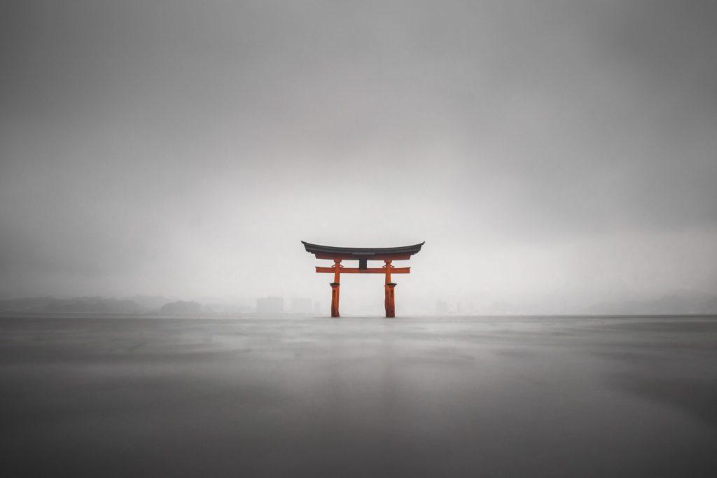 voyager au japon en 2021, miyajima torii de nuit