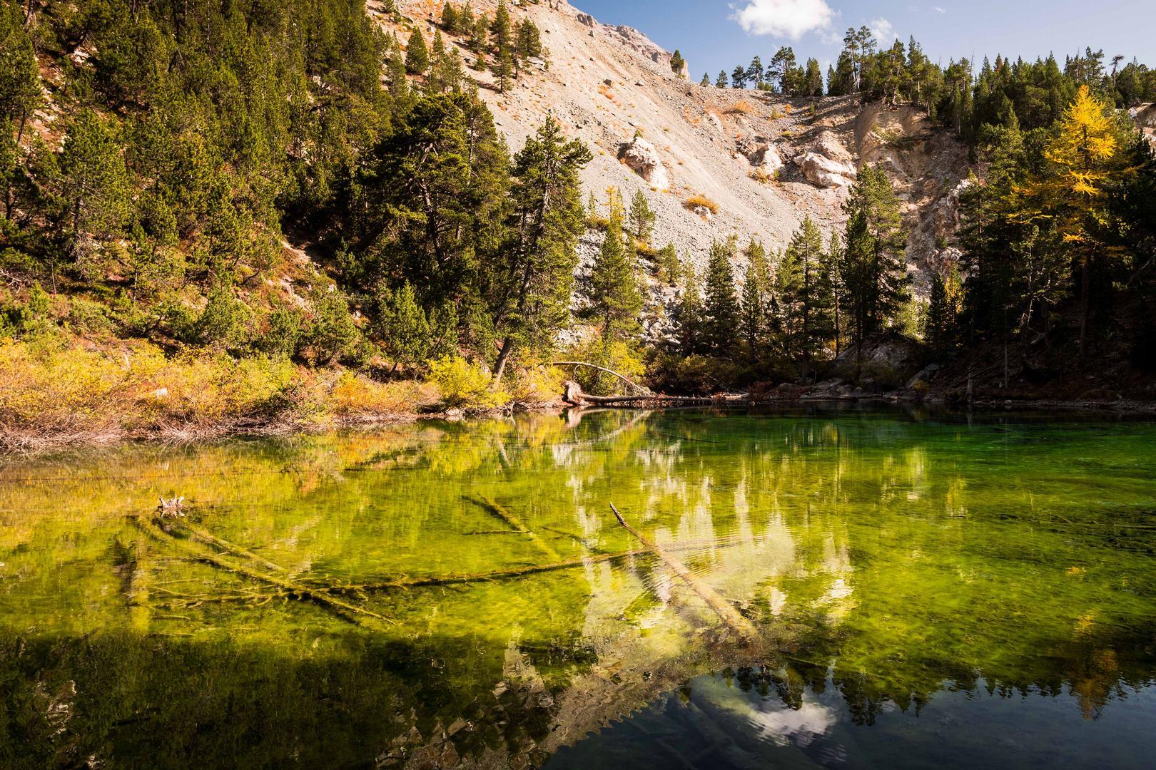 Lac vert vallée étroite