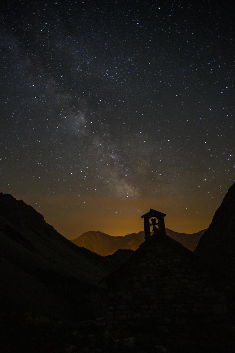Chapelle et ciel étoilé