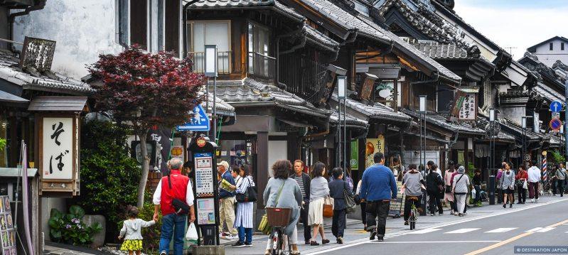 Visiteurs dans les rues anciennes de Kawagoe