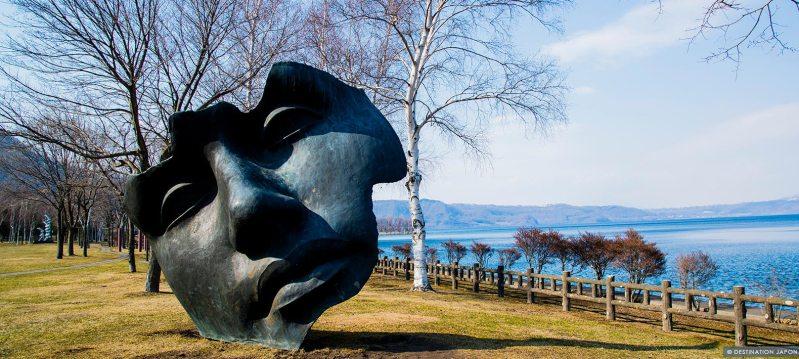 Sculpture de masque aux bord du lac Toyako