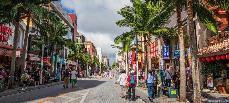 Rue et nombreuses boutiques de la ville de Naha