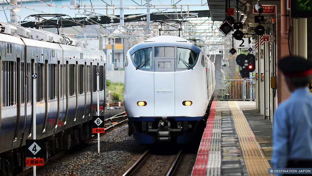 Train entrant en gare au Japon