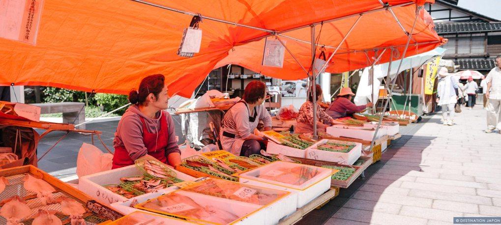 Femmes tenant un stand au marché du matin de Wajima