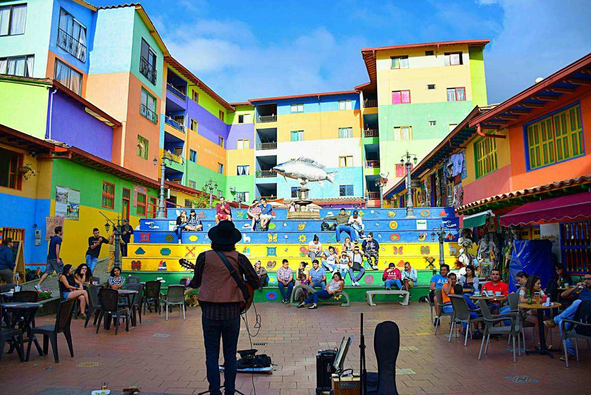Listen to street music is a must what to do in Guatape