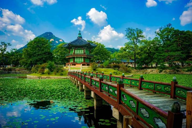 Gyeongbokgung Palace and grounds are stunning.