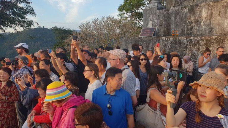 Foule au coucher du soleil au mont Phousi Luang Prabang