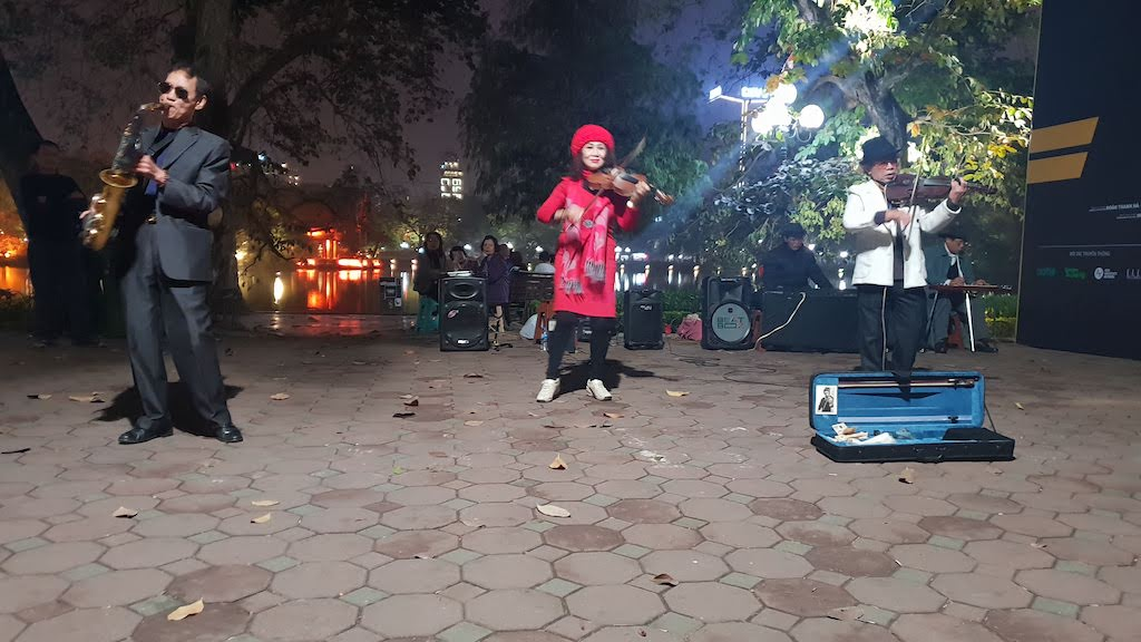 Musiciens autour du lac Hanoi