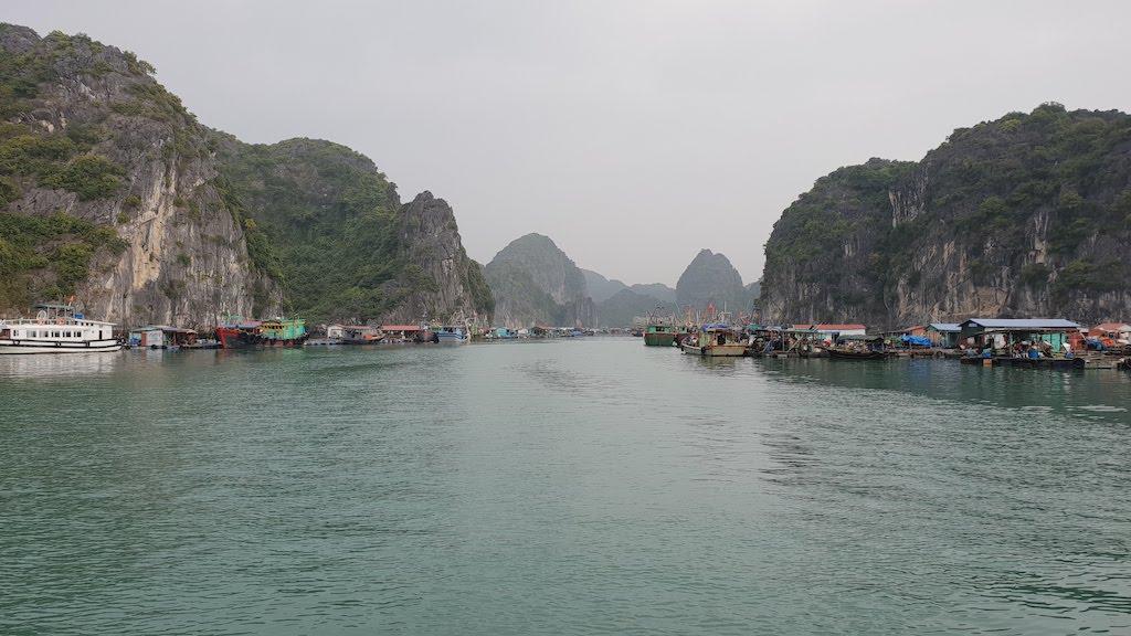 Villages flottants et les parcs à poissons Cat Ba