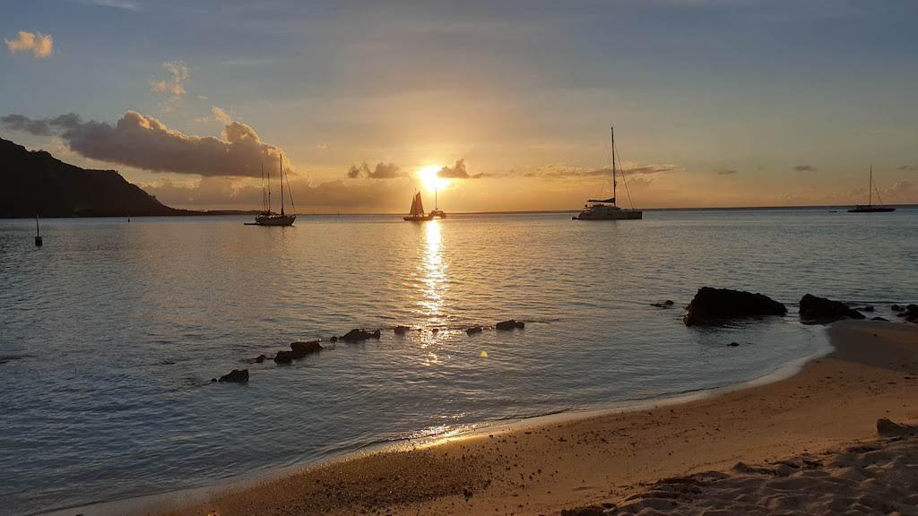 coucher du soleil à la plage publique de Ta'ahiamanu Moorea