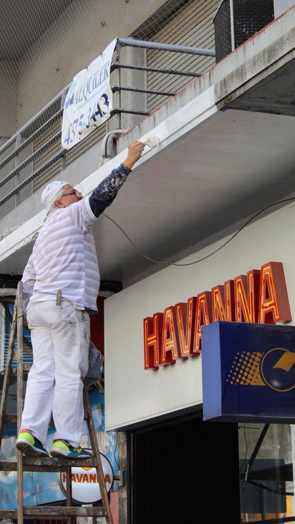 Los negocios como Havanna dentro de las siete cuadras remozadas de la nueva Av. Corrientes se embellecen para el evento de relanzamiento