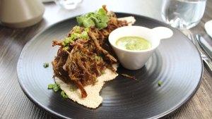 Carnita frita Santa Cruz en base de casabe, plato de Carne & Co.