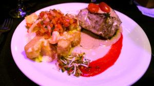 Lomo a la pimienta con papas gratinadas, servido en Madero Tango
