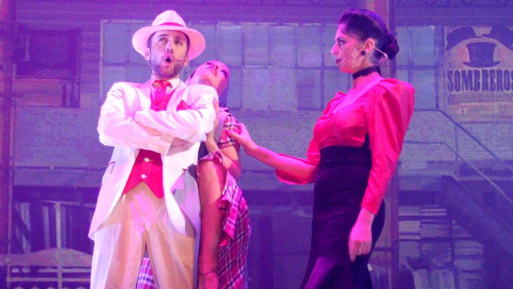 """Número de canto en la textilería de """"Magia!"""", el espectáculo de Madero Tango"""