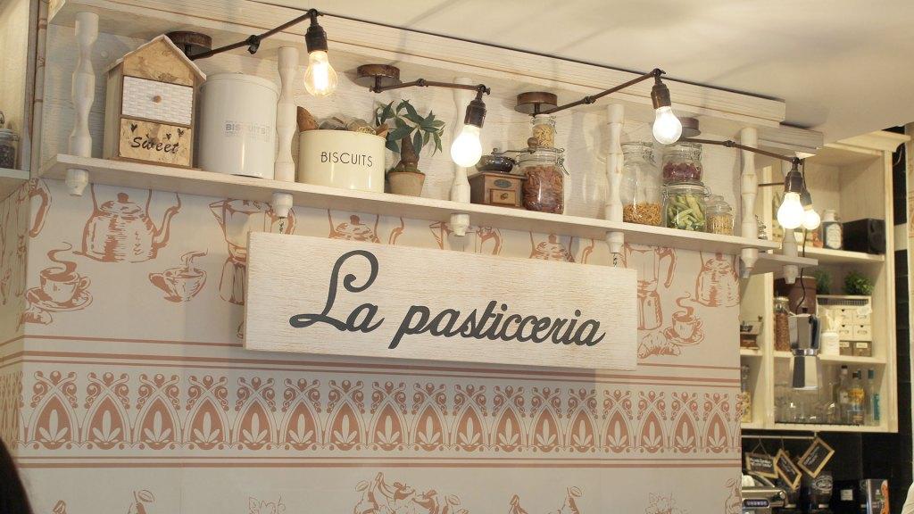 Letrero decorativo de pasticceria en Don Nino