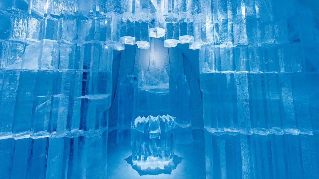El ICEHOTEL de Suecia es un lugar de hospedaje creado con hielo cada invierno que se derrite en primavera