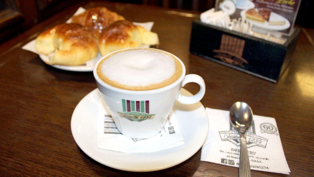 Un café cortadito con medialunas