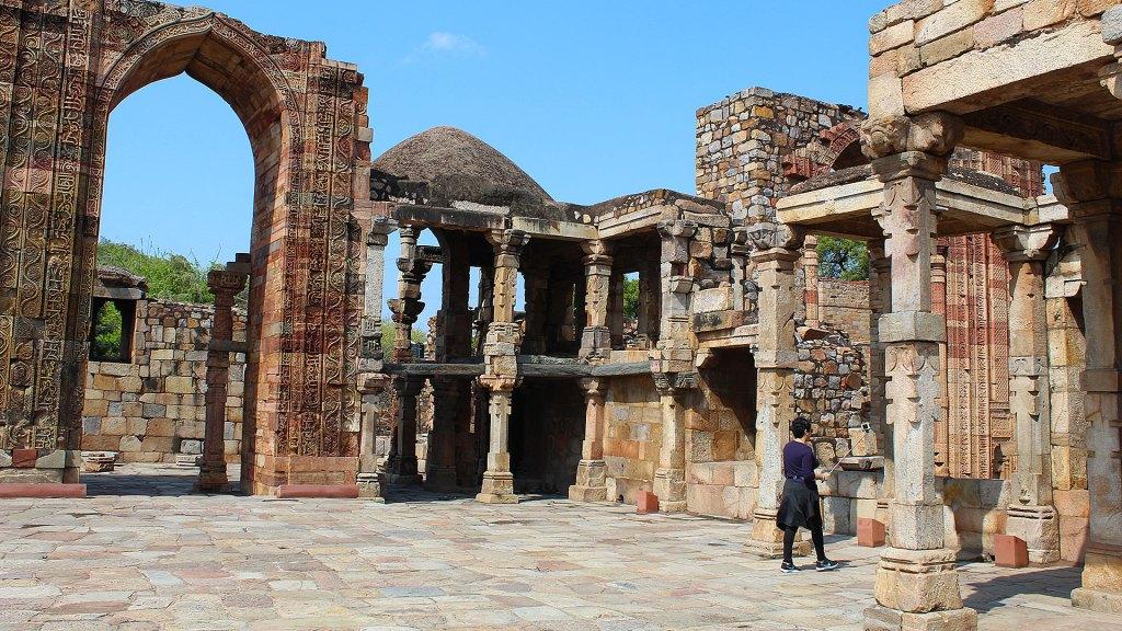 Ruinas de la mezquita Quwwat-ul Islam