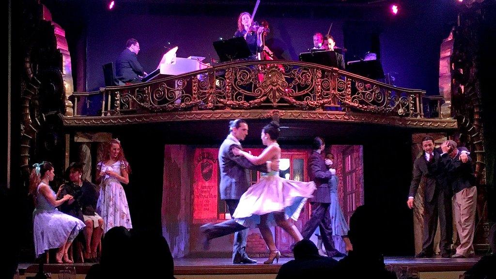 Escenario con músicos y bailarines de Palacio Tango