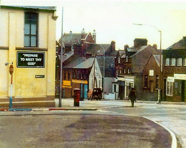 A-soldier-making-the-long-walk-to-defuse-a-car-bomb-in-Northern-Ireland