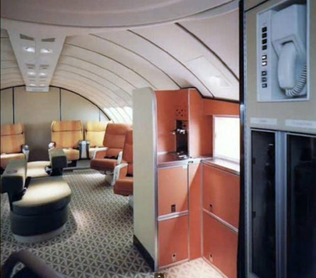 Στο-εσωτερικό-ενός-αεροπλάνου-το-1970-03