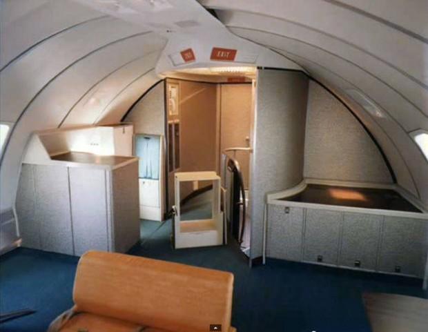 Στο-εσωτερικό-ενός-αεροπλάνου-το-1970-09