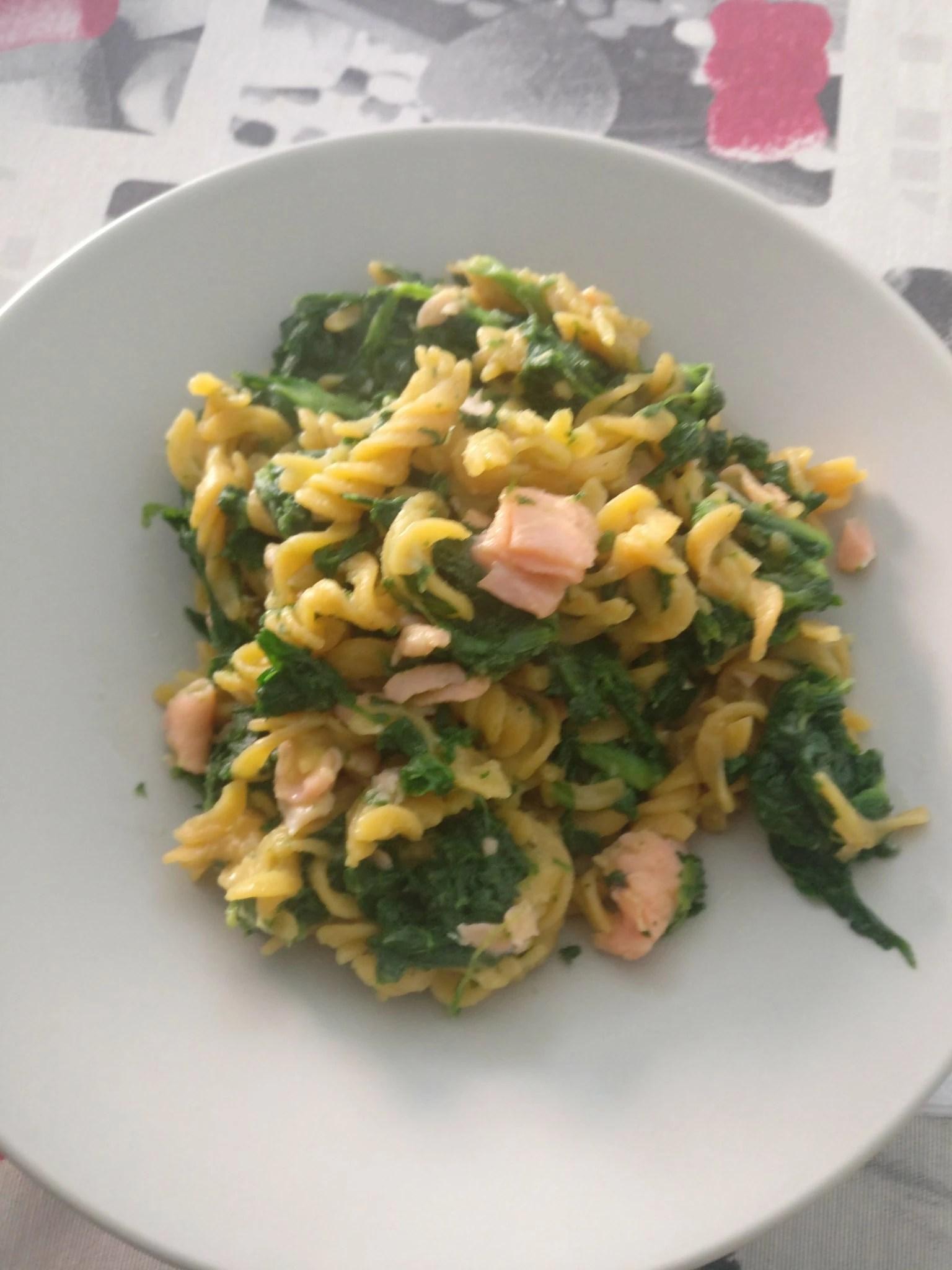 Pasta de lentejas con espinacas y salmón