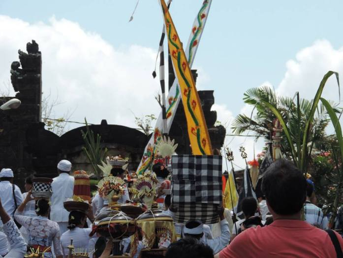 Procession au Tanah Lot