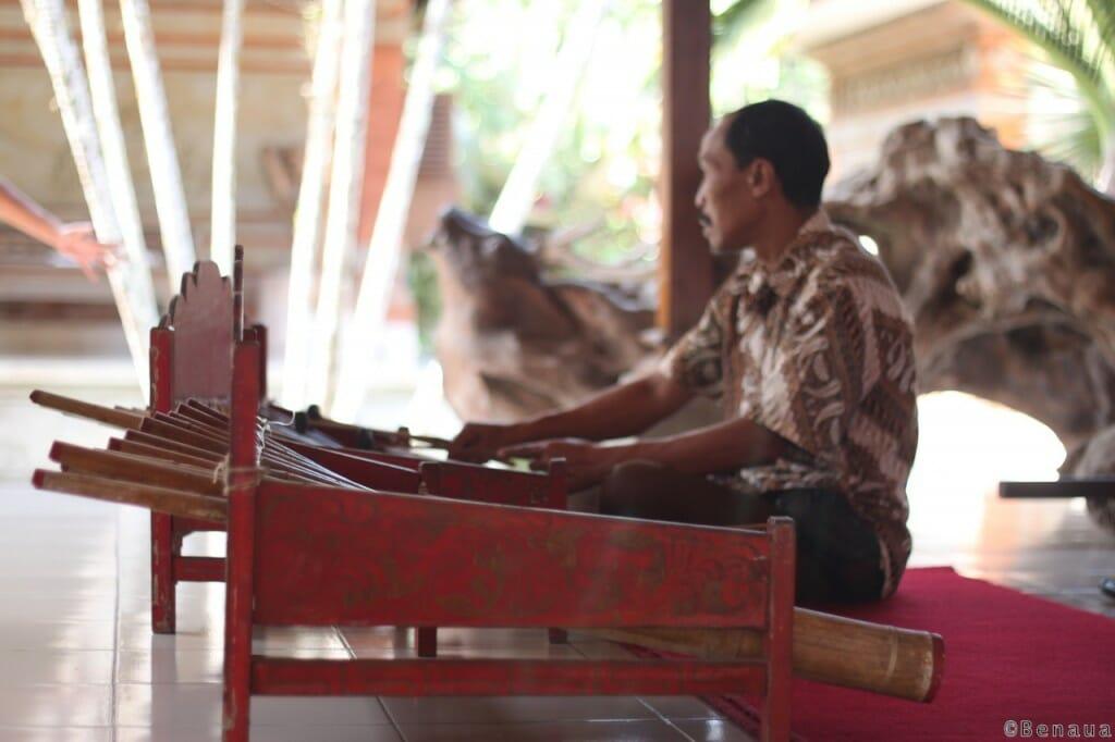 Bali en Indonésie - Joueur de Gamelan balinais