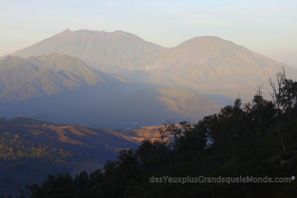 Ascension du Volcan Ijen à Java en Indonésie - Levé de soleil sur les montagnes autour du Ijen
