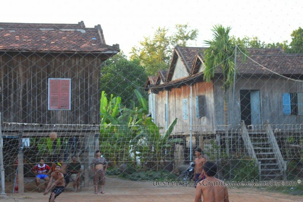 Visiter Kampong Cham - Jouer au volleyball avec les habitants